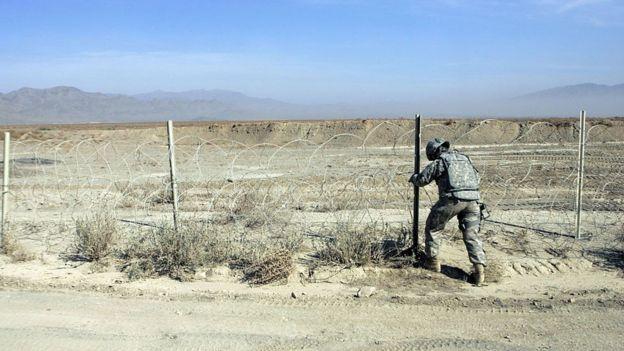 Guardia nacional instalando alambres de púas en la frontera sur de Nuevo México.