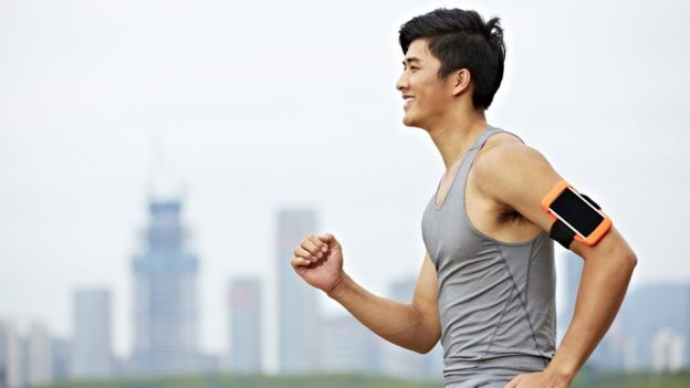 Homem asiático faz exercício