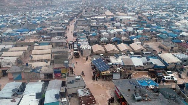İdlib'den kaçanlar Türkiye sınırındaki çadırkente sığınıyor