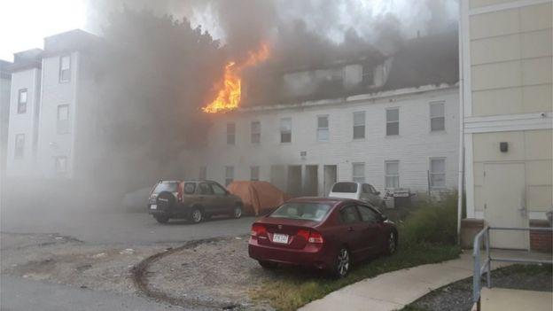 النيران تنشب في أحد المباني في بلدة لورانس