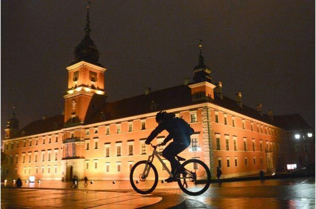 許多遊客很難相信,被聯合國教科文組織列為世界文化遺產的華沙老城區幾乎是從零開始重建的。