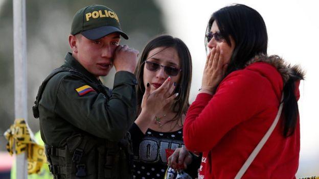Un policía llora en el lugar del atentado