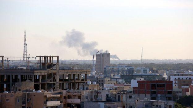تصاعد الدخان بعد أن دمرت وحدات حكومة الوفاق الوطني مركبات مسلحة تعود إلى القائد العسكري خليفة حفتر في جنوب طرابلس، ليبيا في 29 يناير/كانون الثاني 2020