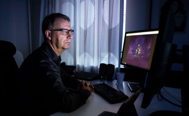 Robert Steen viendo World of Warcraft
