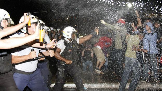 PM reage com spray de pimenta em Brasília em 20 de junho de 2013