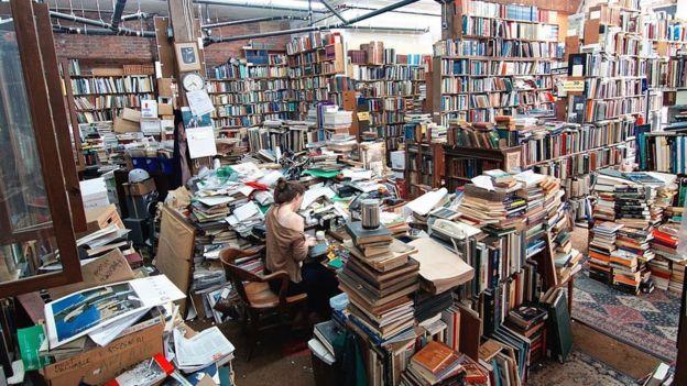 Una mujer trabajando en un anticuario de libros