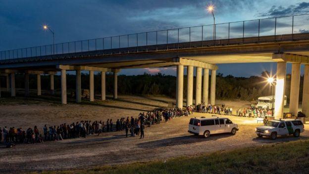 Migrantes detenidos en la frontera de EE.UU.