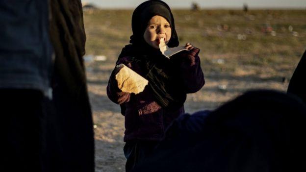 طفلة من بين الذين تم إجلاؤهم من قرية الباغوز، آخر جيب لتنظيك الدولة الإسلامية في سوريا