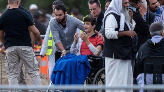 اللاجيء السوري زيد حضر جنازة والده وشقيقه على كرسي متحرك بعد إصابته في الهجوم