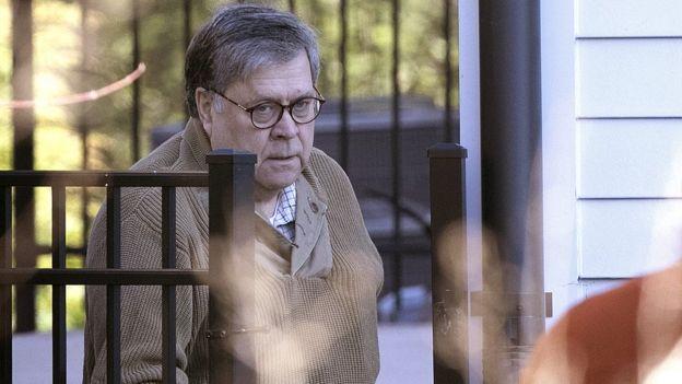 هماکنون همه نگاهها متوجه ویلیام بار، دادستان کل آمریکاست که گزارش نهایی رابرت مولر را در اختیار دارد. او در این عکس در روز شنبه در حال خروج از منزلش در ویرجینیا دیده میشود