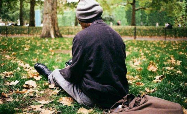 Sunny se relaja en un parque de Londres