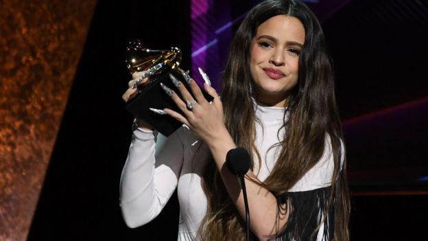 """La cantante española Rosalía ganó el Grammy al mejor álbum latino de género rock, urbano o alternativo por su disco """"El Mal Querer""""."""