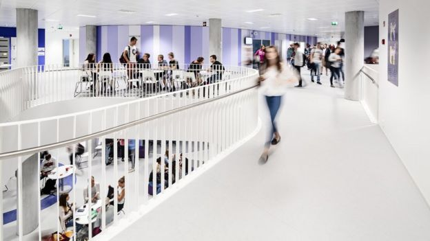 Interior de la escuela Kastelli, diseñada por Lahdelma & Mahlamäki Architects.