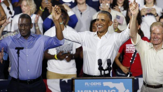 """Eski ABD Başkanı Barack Obama, Demokrat adaylara destek için """"sahaya indi""""."""