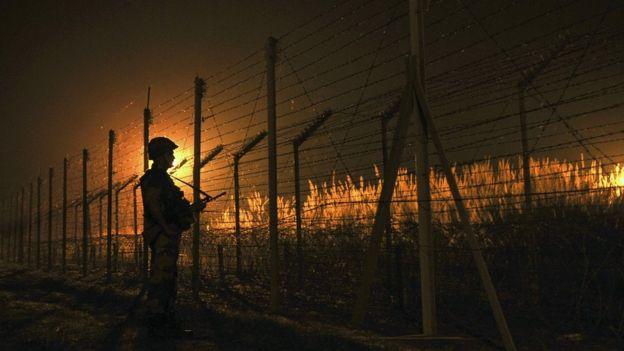 Британский солдат патрулирует границу между Индией и Пакистаном