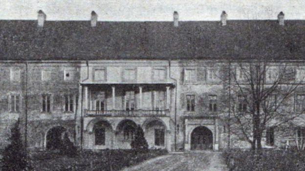 Палац - вигляд з двору.