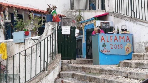 Imagem mostra pequeno ponto comercial vendendo bebidas típicas portuguesas, em Lisboa
