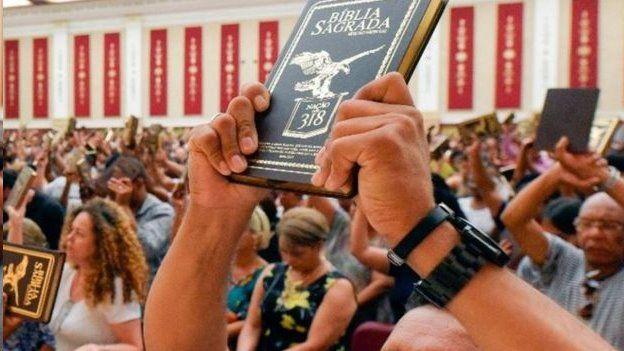 Pessoa ergendo Bíblia
