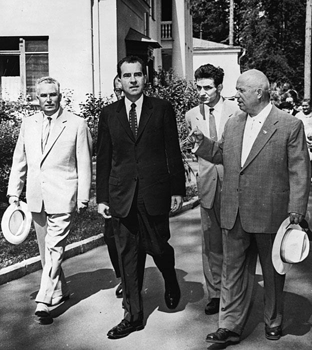 Jruschov y Nixon caminando