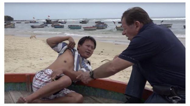 Ông Andre Menras trò truyện với một ngư dân từng bị tàu Trung Quốc bắn
