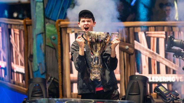 كايل غيرسدورف الملقب ببوغا يفوز في كأس العالم في لعبة دوتا 2 الإلكترونية التي أقيمت الشهر الماضي