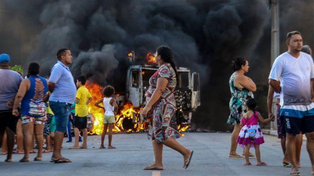 Veículo incendiado em Fortaleza