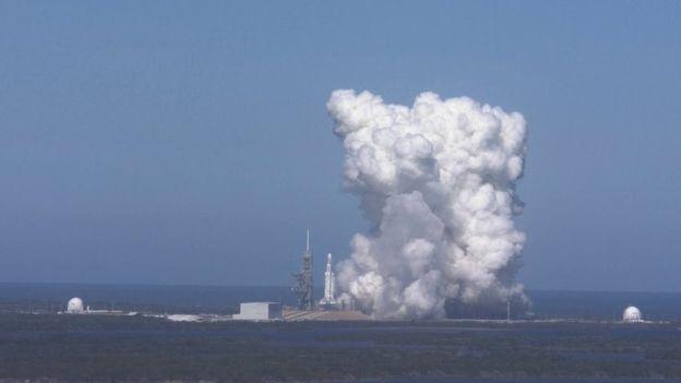 Columnas de humo en el mar tras una prueba para encender los 27 motores Merlin del cohete Falcon Heavy
