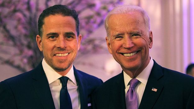 Joe Biden (der.) y su hijo Hunter en 2016
