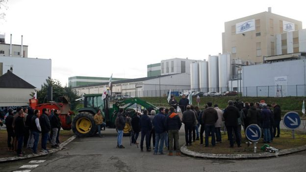 French dairy farmers from the FNSEA union demonstrate in Craon - 19 January 2018
