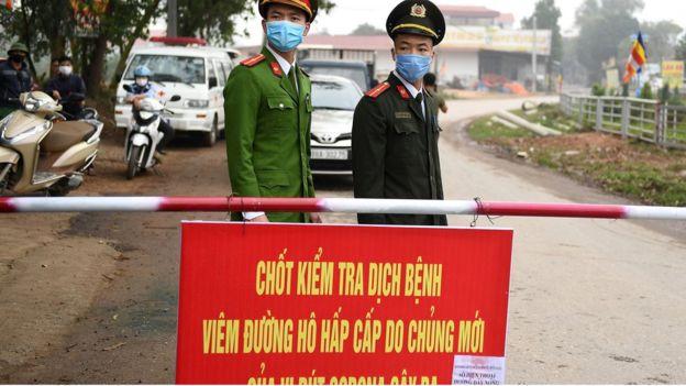 Người dân ở xã Sơn Lôi, tỉnh Vĩnh Phúc, vẫn đang trong giai đoạn cách ly