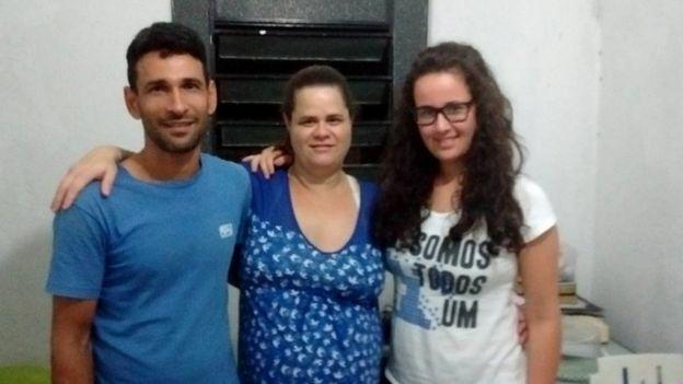 Kamilly junto com os pais