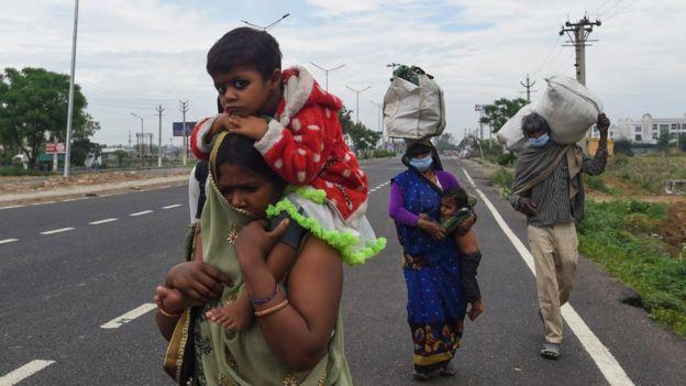 停工后,成千上万的人走了很长一段路才能到达他们的村庄
