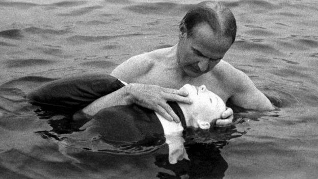 Åsmund S. Laerdal usando el maniquí Resusci Anne como víctima de ahogamiento simulada a principios de la década de 1960