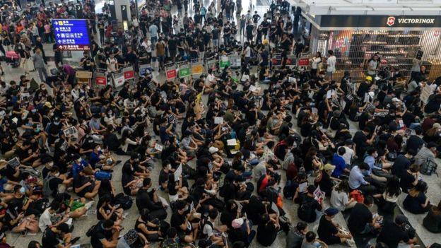 протестующие в аэропорту