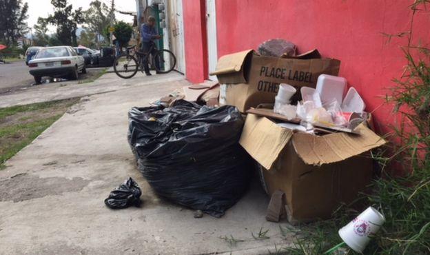 Bolsas negras de basura tiradas en la calle.