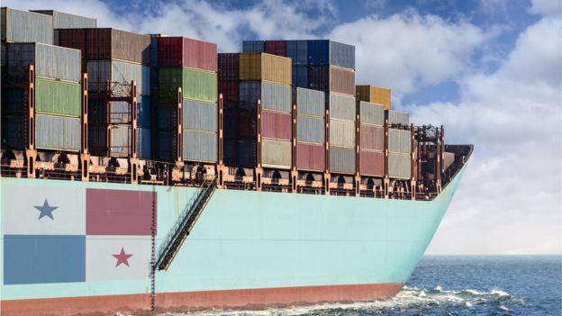 Un buque carguero con una bandera de Panamá