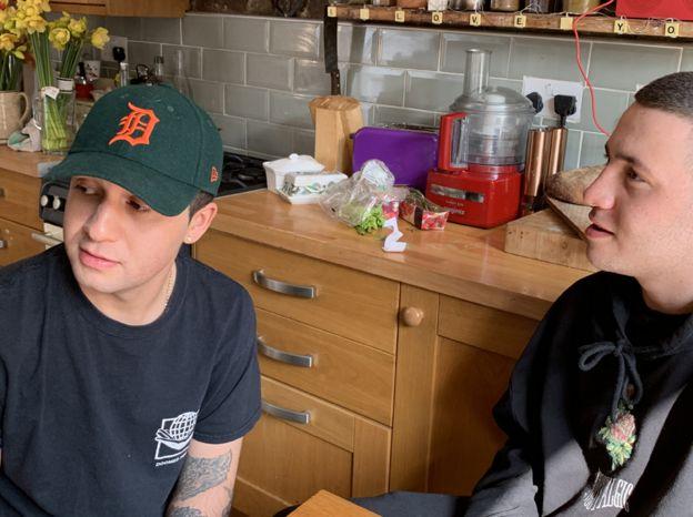 Morgan (à esquerda) e seu irmão mais novo, Spencer, conversando na cozinha