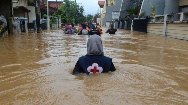 Tim relawan berusaha memembus lokasi banjir di Perumahan Bung Permai, Makassar, Sulawesi Selatan, Rabu (23/1/2019). Ketinggian banjir di kawasan tersebut mencapai satu meter akibat meluapnya Sungai Tello.