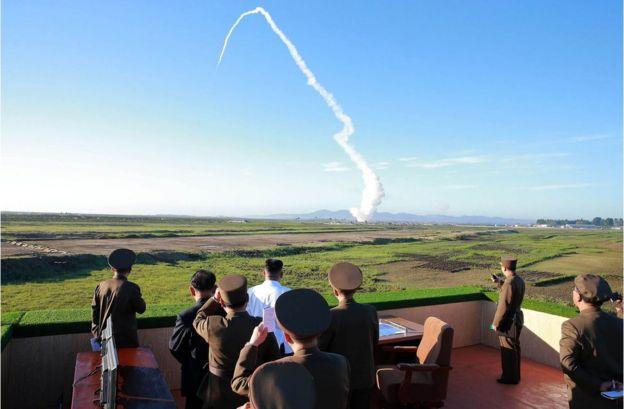 金正恩(白衣者)參觀朝鮮國防科學院防空導彈系統試射活動(朝中社2017年5月28日發放照片)