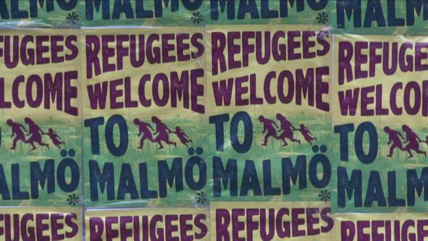 Cartazes dão as boas vindas da refugiados em Malmo, na Suécia