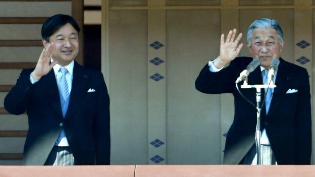 Tahttan feragat eden eski İmparator Akihito (sağda) ve yeni İmparator Naruhito