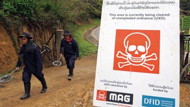 عمال اكتشاف المتفجرات في لاوس