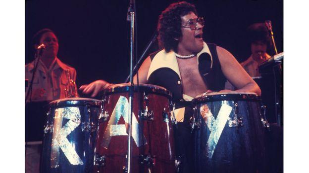 Ray Barreto durante un concierto en 1976.