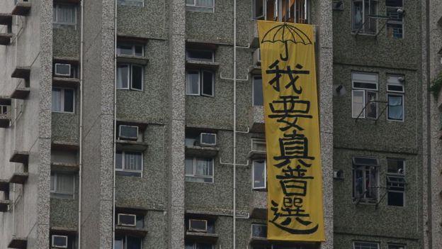 张德江访港时,他参访地点附近的居民楼外挂出抗议标语。