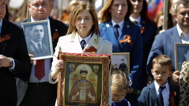Natalia Poklonskaya con un ícono del zar Nicolás II