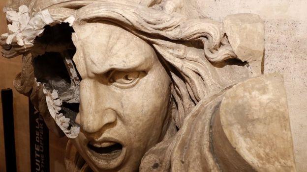 تخريب أعمال فنية في قوس النصر