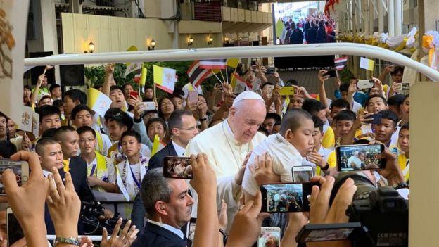 Xe chở Giáo Hoàng Francis tiến vào sân trường Assumption, Bangkok nơi Ngài cử hành Thánh Lễ trước 7000 sinh viên, học sinh