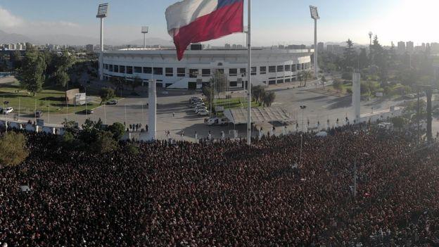 Vista aérea del Estadio Nacional de Chile con miles de mujeres al frente