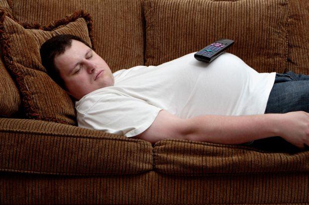 Hombre dormido en el sillón