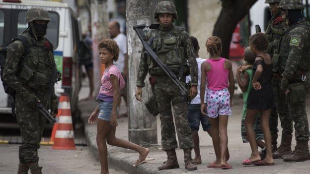 Militares atuando em favela carioca, em foto de março de 2018